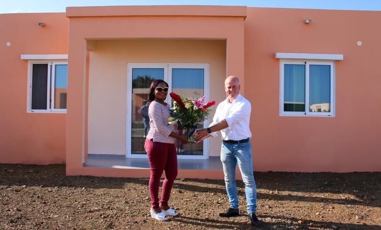 Knops feliciteert eerste koper woning met hypotheekgarantie op Bonaire