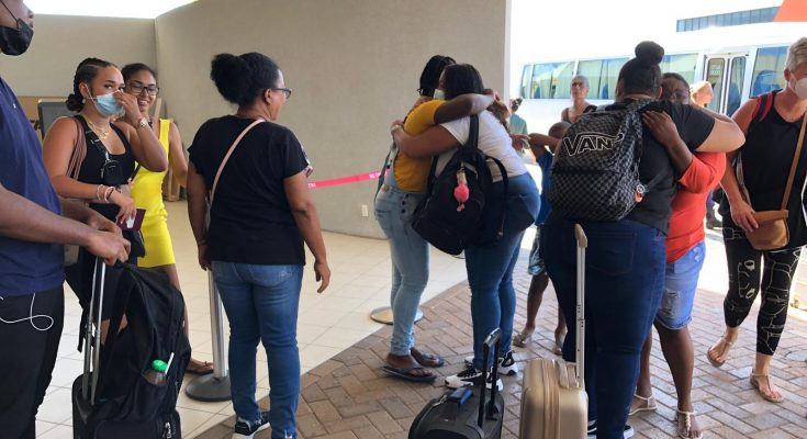 Emotioneel afscheid bursalen op luchthaven van Bonaire