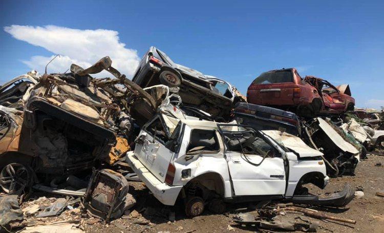 Autowrakken wijk Tera Kora worden weggehaald