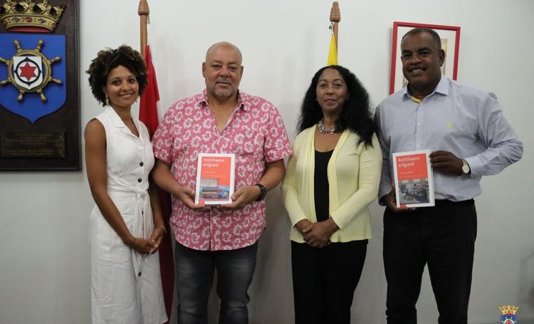 Boek over ontwikkeling van onze samenlevingen overhandigd aan Nolly Oleana en Boi Antoin