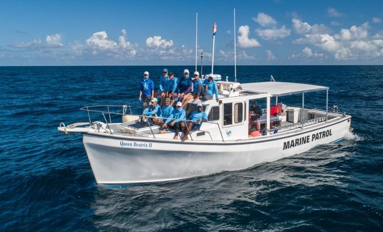 Stinapa biologen werken mee aan tijgerhaai expeditie op Saba